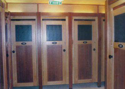 Öltözői kabinsor bükkfa ajtókkal